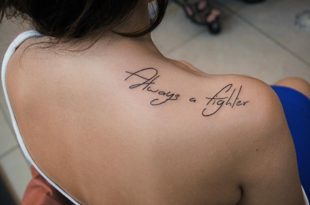 Тату надписи на плече девушки